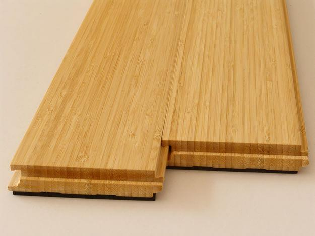 Demonstração de fácil encaixe do piso, tornando a montagem facilitada e precisa