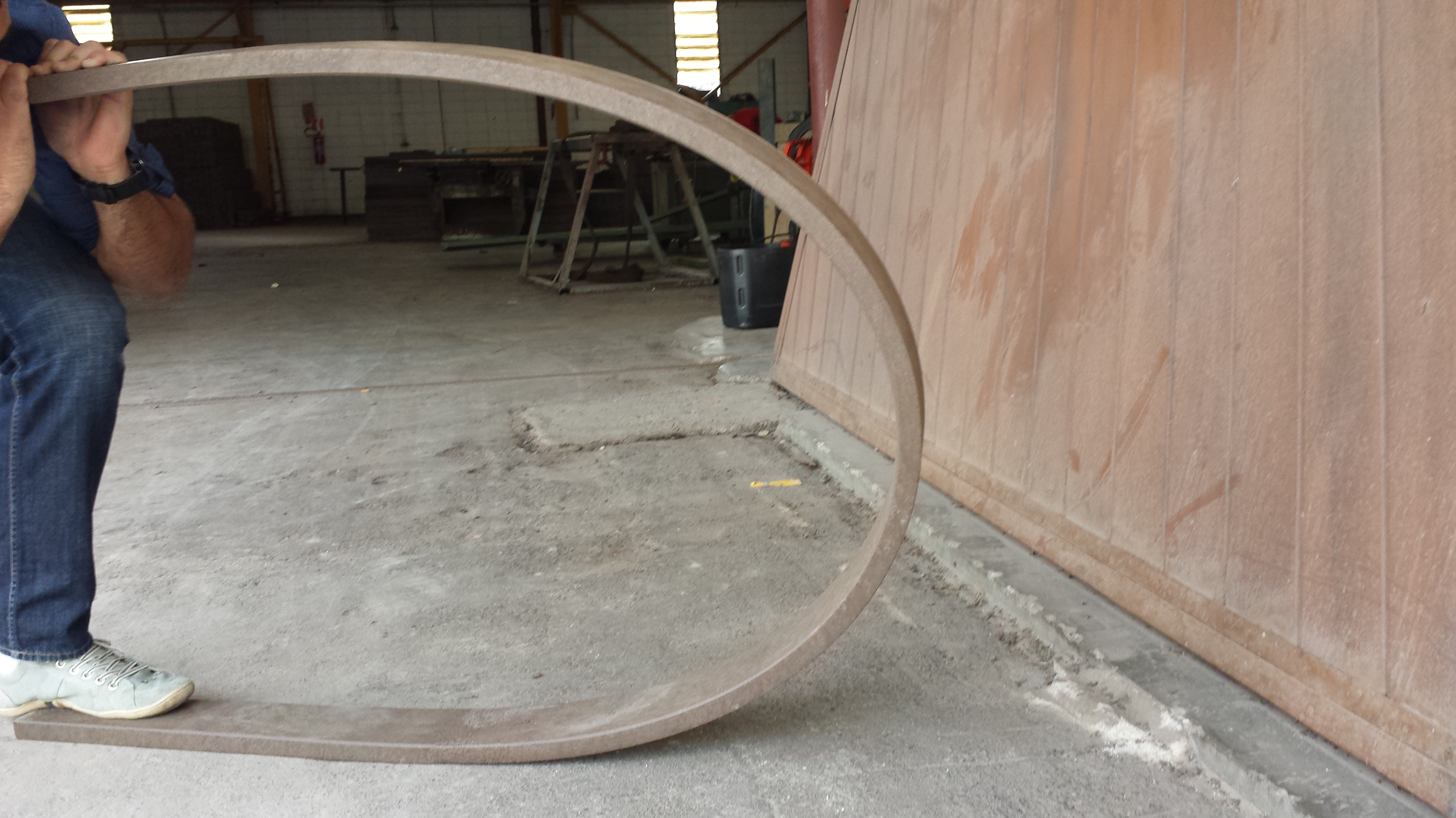 Demonstração de resistência da madeira plástica.