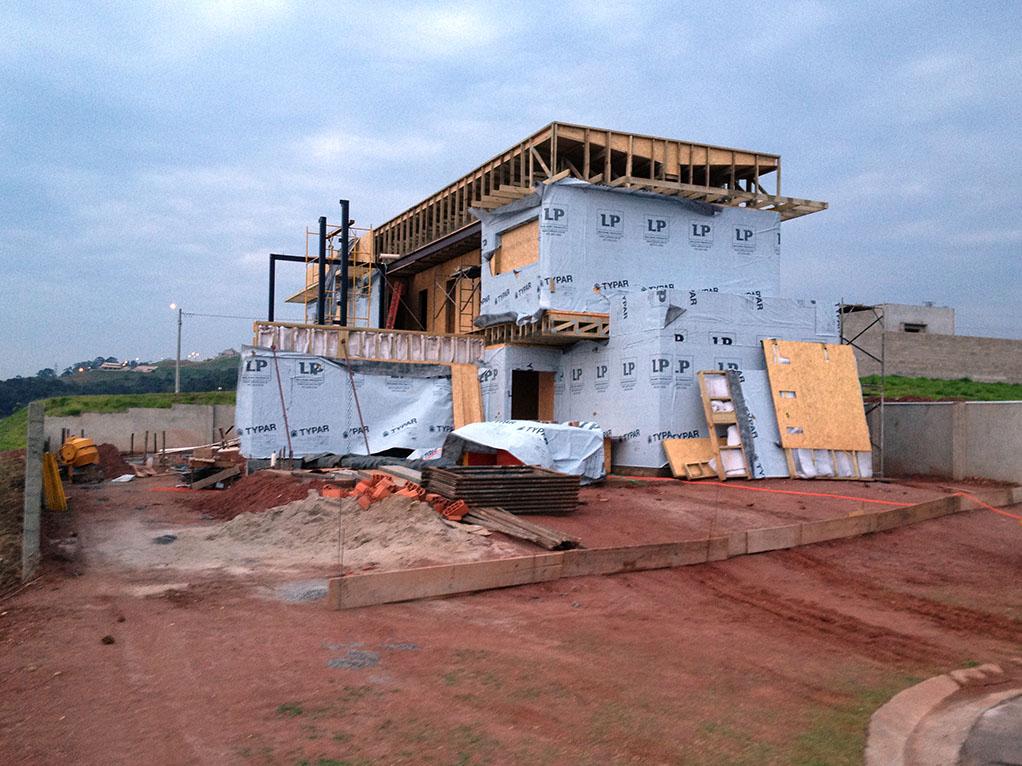 Construção do segundo andar e envelopamento da casa com manta hidrófuga