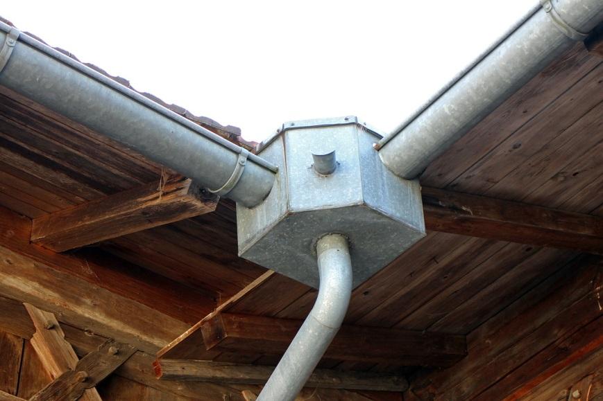 Exemplo de calha para captação e direcionamento da água da chuva